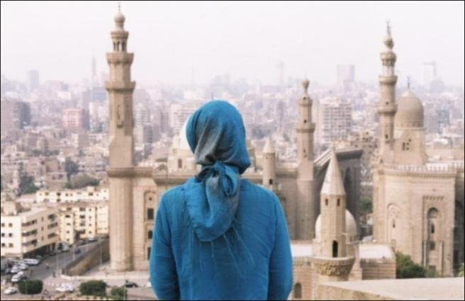Hijabi_in_front_of_mosue_in_Cairo